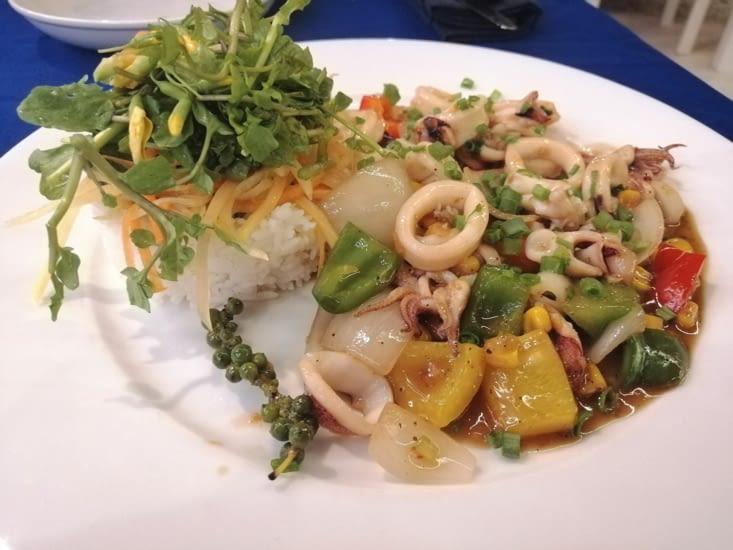 Calamars frits sauce poivrons et poivre vert.