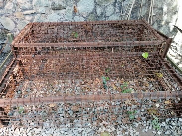 Cages en barbelé servant à enfermer des prisonniers vietcongs.