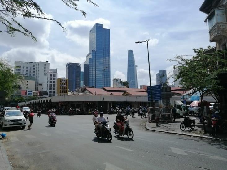 Le marché Ben Thanh, au pied des tours.