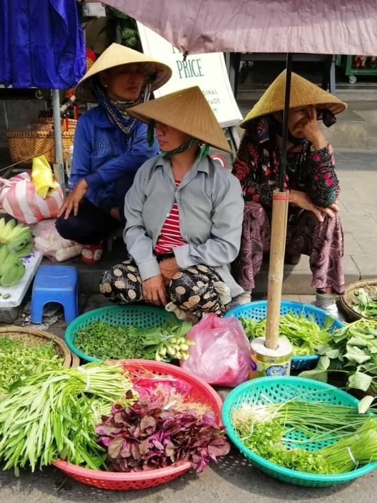 Trio chapeauté au marché du matin.