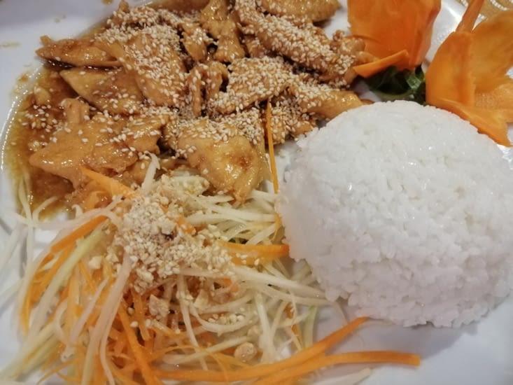 Poulet caramélisé au sésame au restaurant Golden Rice.