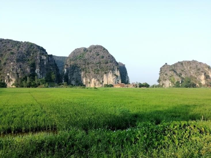 La zone des bungalows, entre pics et rizières.