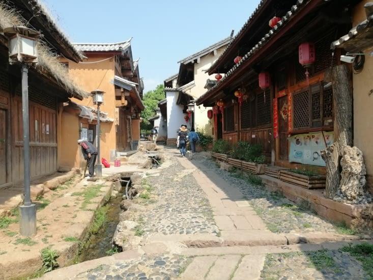 La ruelle menant à la place centrale.