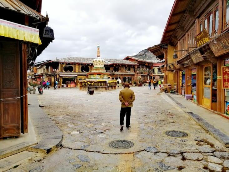 Retour à la place au stupa.