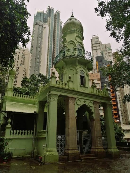 Une mosquée cachée au milieu des buildings.