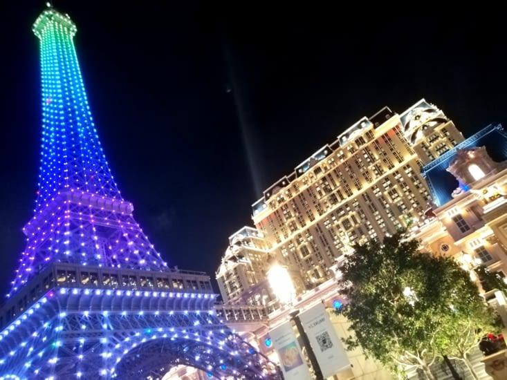 The Eiffel tower et un combo Le Louvre-Versailles bodybuldé.