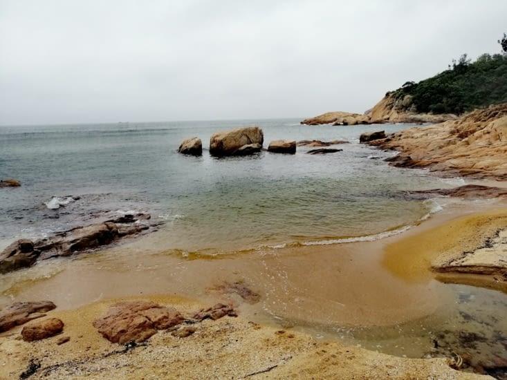 Les rochers ronds et jaunes.