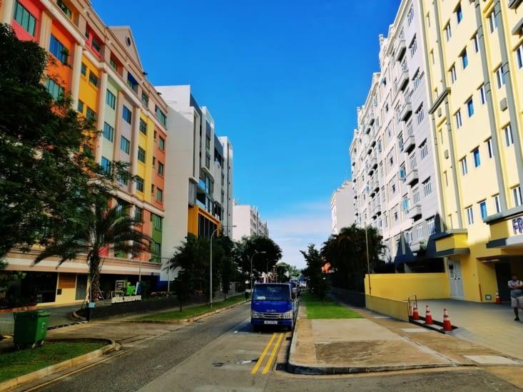 Notre hôtel (à droite) et sa rue colorée.