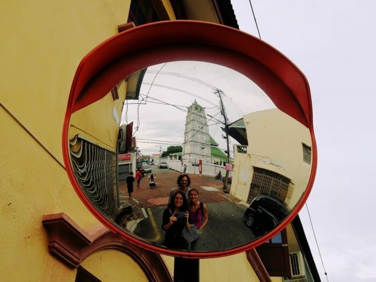 Dans le miroir, la mosquée Kampung Kling