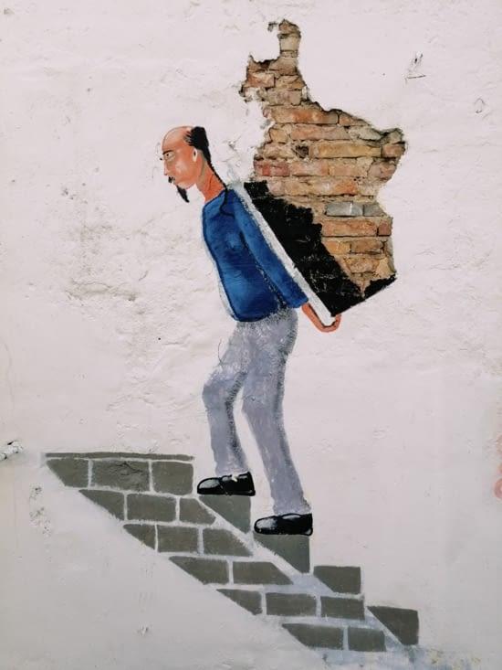 Dos au mur.