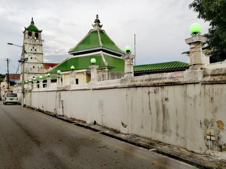La mosquée. Son minaret est d'inspiration hindoue et son toit asiatique.