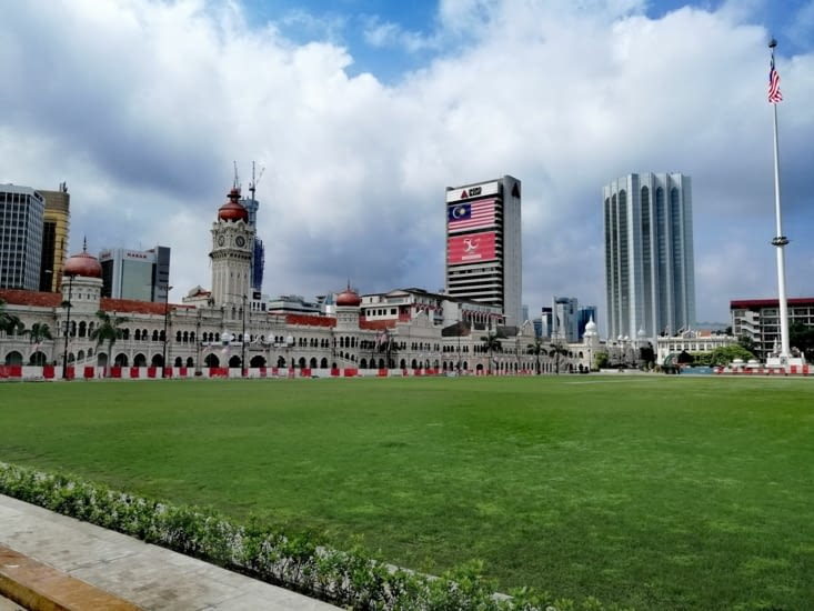 Vue large de la place Merdeka, avec la pelouse de Cricket.
