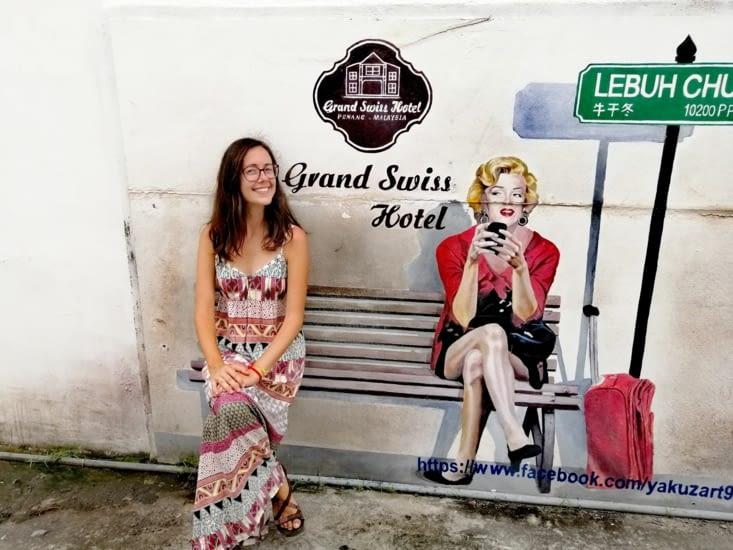En attendant le bus avec Marilyn.