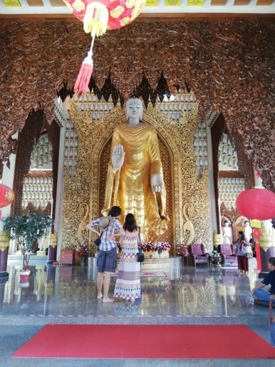 Gigantesque Bouddha du temple Dhammikarama.