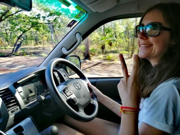 Alexiane prend le volant du van.