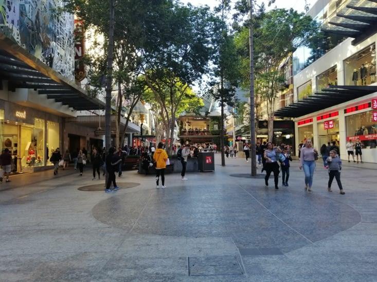 La rue animée de Queen St