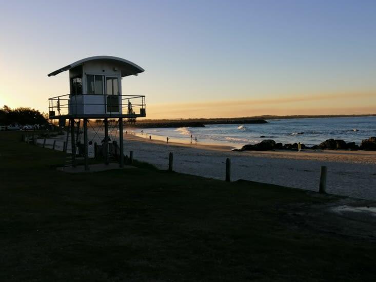 Le soleil descend sur la plage