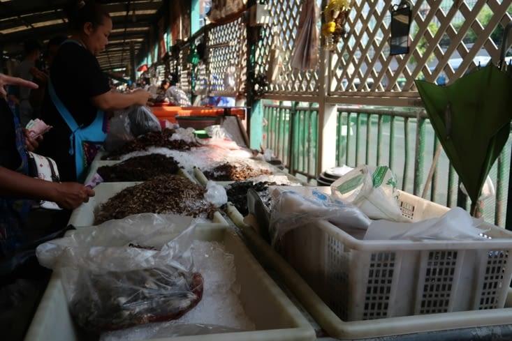 Marché de Klong Toey avant le cours de cuisine (stand d'insectes)