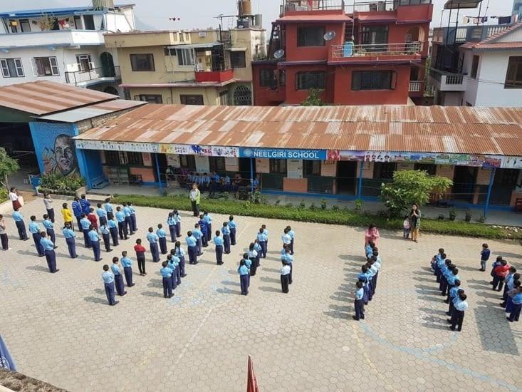 Prière du matin à l'école de Katmandou