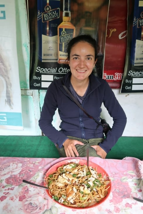 Chow mein : plat de nouilles sautées aux légumes, populaire au Népal .