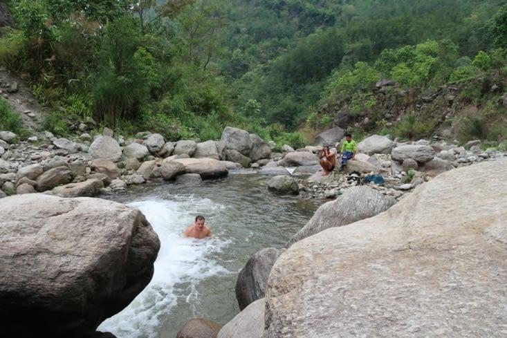 Dès la première journée, Virgile se trouve une rivière où se baigner sur le chemin.