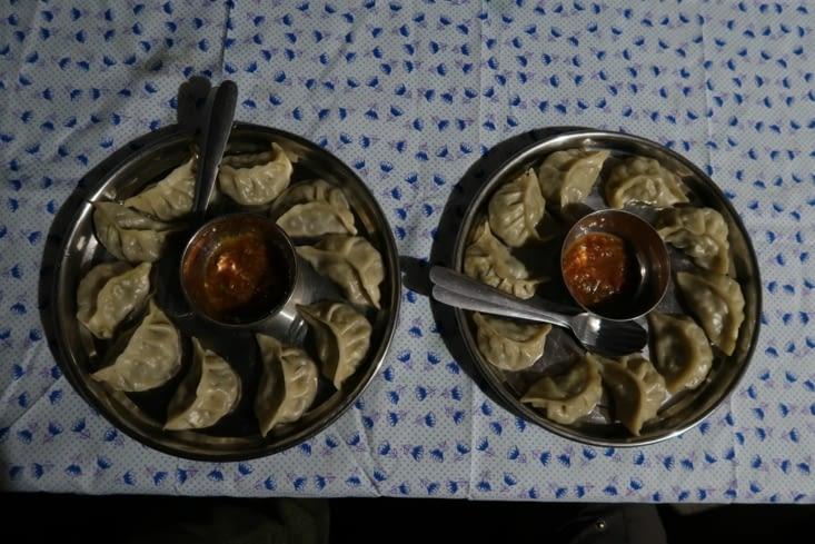 Momo (raviolis cuits à la vapeur) préparés par Parangva