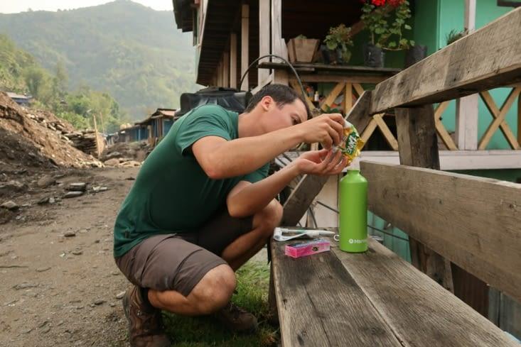 Préparation d'un mélange de jus en poudre et de pastilles purificatrices chaque matin