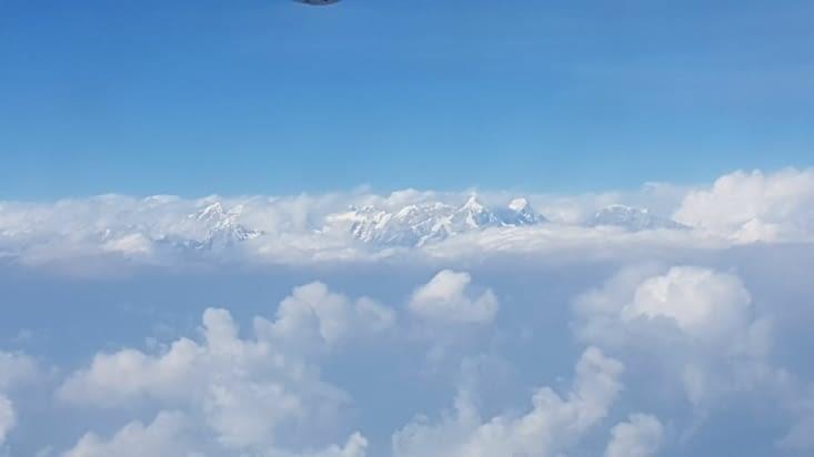 Retour en avion avec la belle vue sur la chaine de l'himalaya
