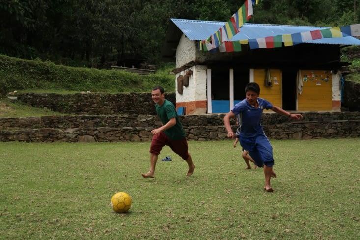 Partie de foot à Yampudin