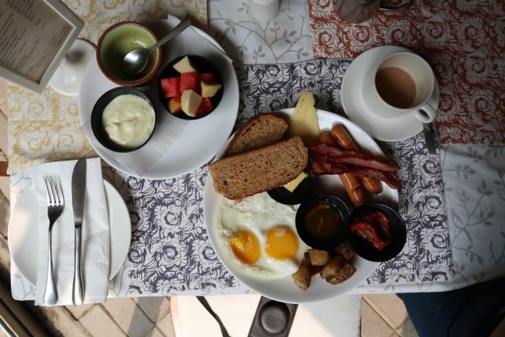 Petit déjeuner anglais au bon pain français car ça manque un peu :-)