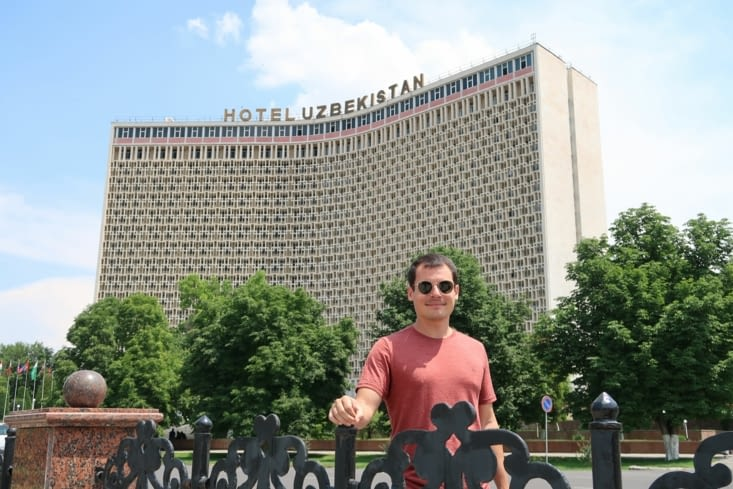 """L'imposant """"hôtel Ouzbékistan"""" qui nous aura permis de retirer de l'argent."""