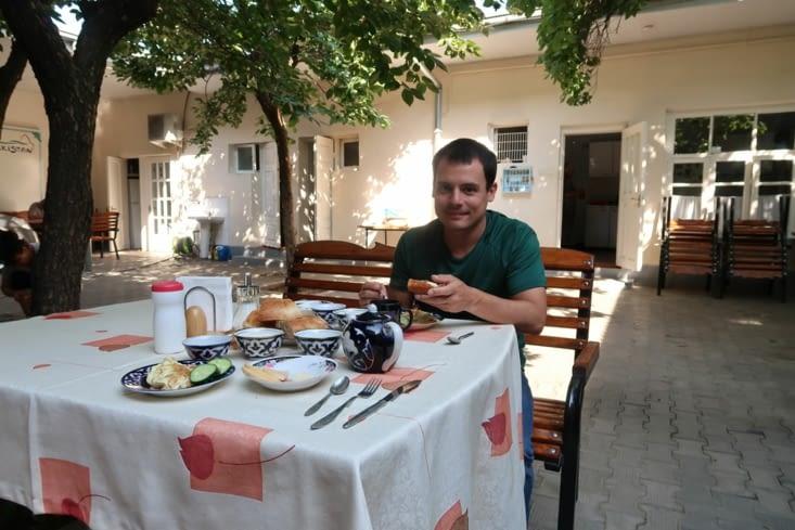 Petit déjeuner dans le patio de notre auberge