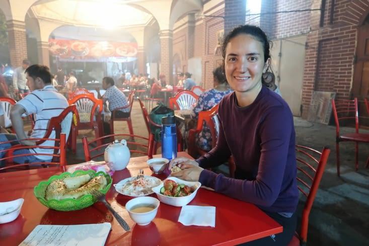 Restaurant en plein air près de Chorsu