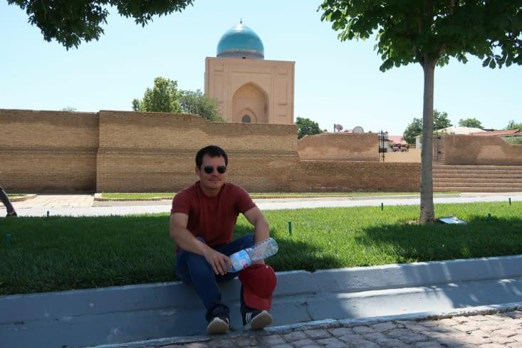 A l'extérieur du mausolé de Bibi Khanym