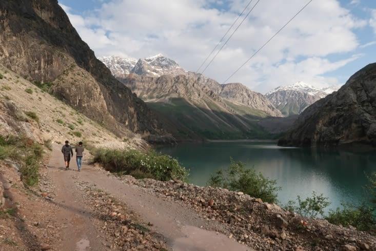 Marche le long du lac
