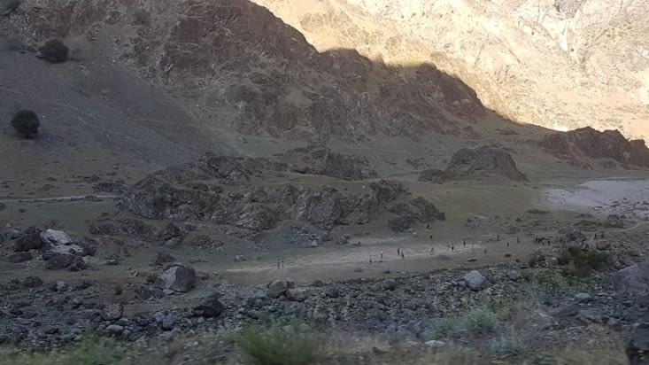 Partie de foot dans un village afghan