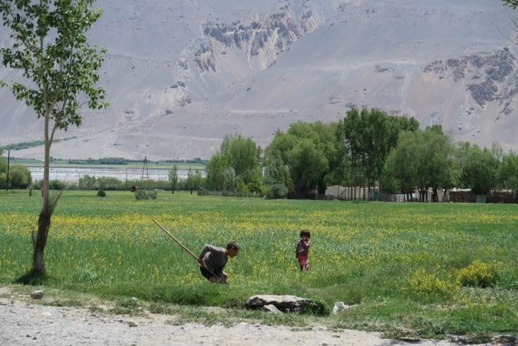 Enfants dans les champs à Vrang.
