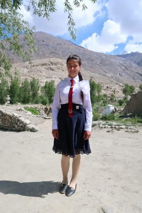Fille de notre hôte de la Pamir Guesthouse en tenue d'écolière