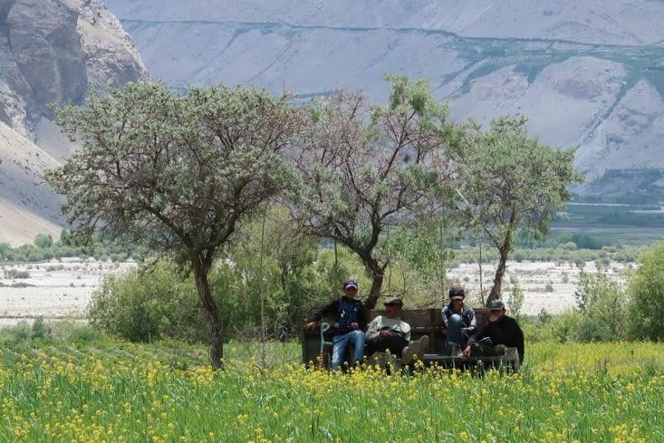 Travailleurs en pause dans un champ