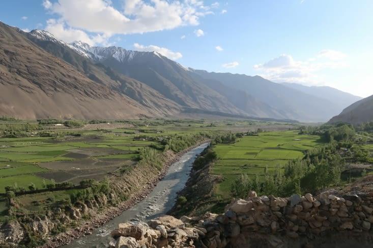 Vue de la Forteresse de Namadgut. A gauche de la rivière, l'Afghanistan.