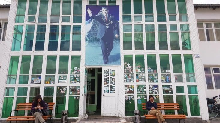 Notre hôtel grand luxe avec le portrait du président tadjik
