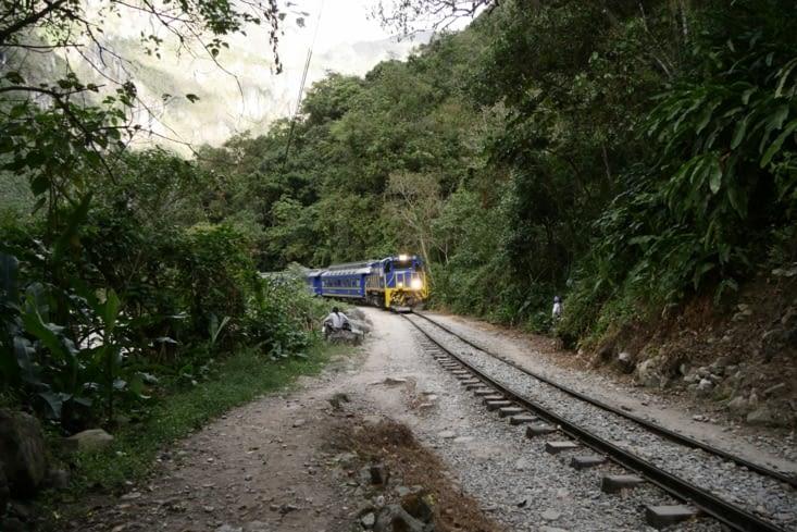 On marche le long du chemin de fer / Along the railway