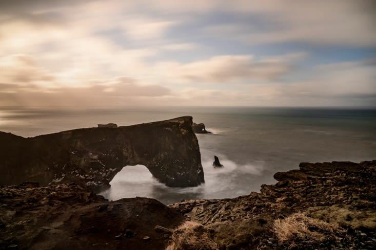 Rocher en forme d'arche à Dyrhólaey