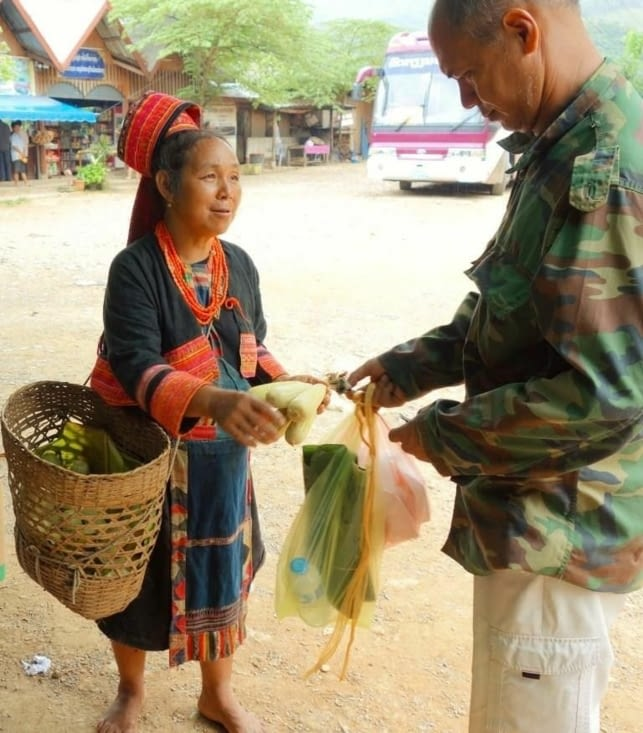 Femme vendant ses produits / Woman selling her products