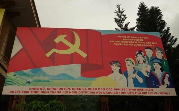 Affiche de propagande sur le parvis de la mairie / Propaganda display in front of the city hall