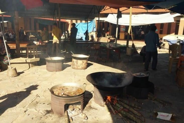 Cuisine au feu de bois sur le marché (comme dans les fêtes Renaissance) / Wood-fired cooking in the market (like in Renaissance festivals)