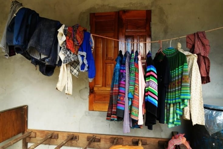 Vêtements pendus devant une maison / Clothes hanging in front of a house
