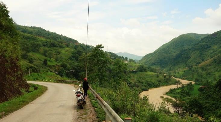 Descendu des plateaux, nous suivons la rivière / Down to the plateaux, we follow the river