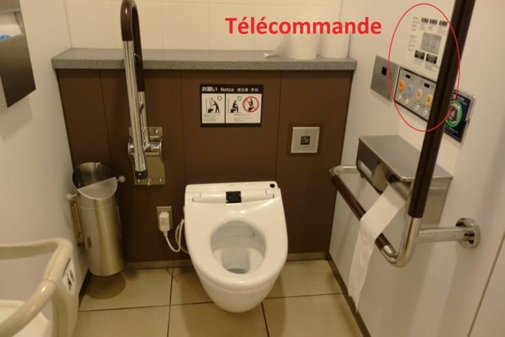 Toilettes japonaises / Japanese style toilet