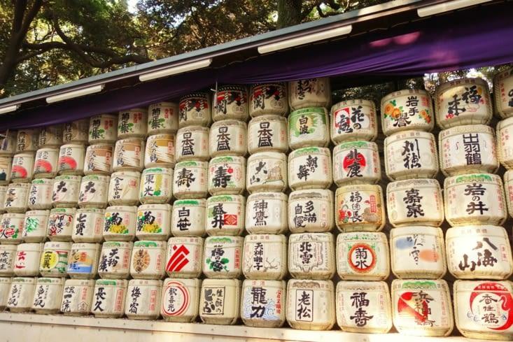 Tonneaux de sake devant l'entrée du temple / Sake barrels in front of the temple entrance
